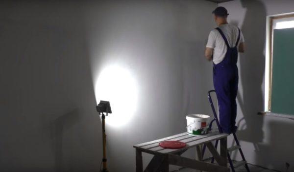 Стену также нужно освещать сбоку