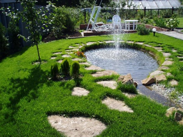 Фонтан в садовом пруду