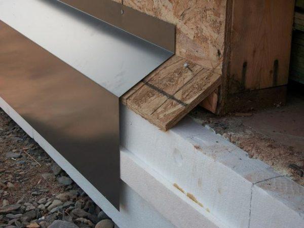 Цокольный отлив лучше монтировать до отделки фасада