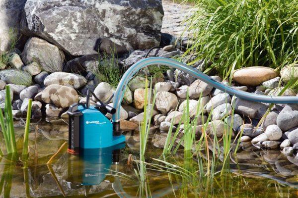 Этот тип насосов должен оставаться погруженным в воду как можно глубже, и обратный шланг должен быть как можно дальше от насоса