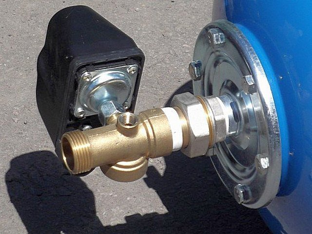Пятивыводный штуцер нередко соединяется непосредственно с резьбовым патрубком гидроаккумулятора