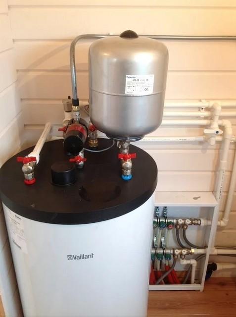 В показанной позиции, то есть в обвязке накопительного водонагревателя, такой бак действительно следует рассматривать в большей степени именно в роли расширительного.