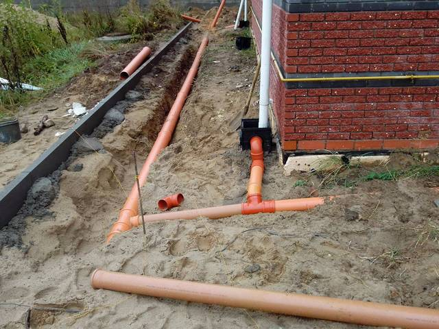 Очень часто для ливневки используют обычные канализационные пластиковые трубы (ПВХ). Лучше брать оранжевые, как предназначенные для наружных работ.