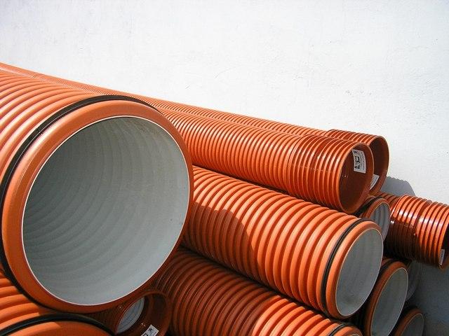 Гофрированные двухслойные трубы ПНД-ППР – чуть ли не идеальный вариант для подземных канализационных коммуникаций.