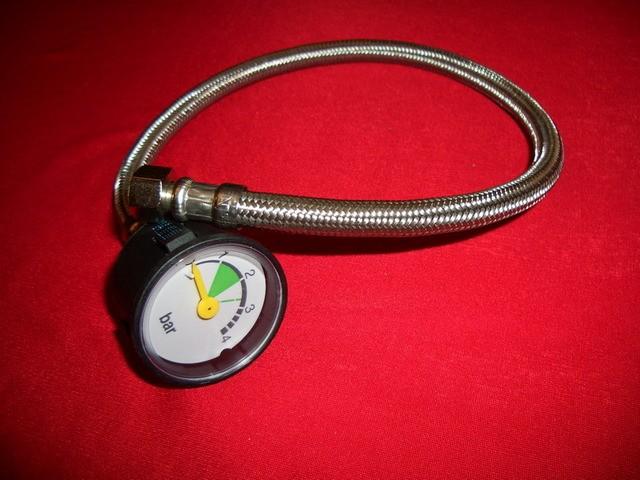 С таким или подобным этому прибором несложно проверить давление воды в любой точке домашней водопроводной сети.