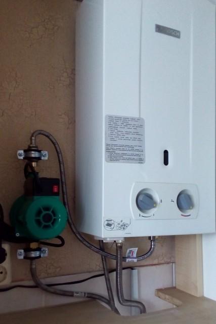Пример – насос повышения давления установлен непосредственно перед газовой колонкой.