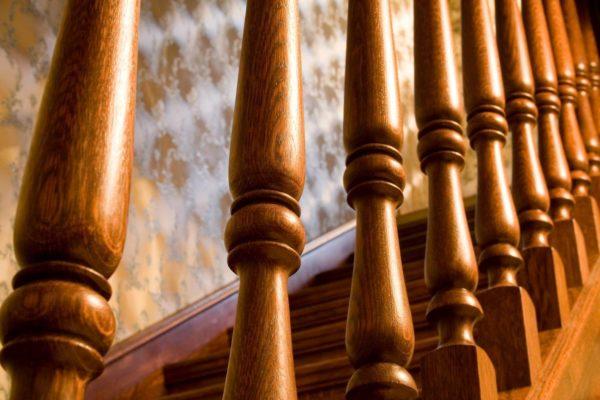 Фрезерованные балясины изготавливают из твердых пород дерева с помощью фрезеровочного станка