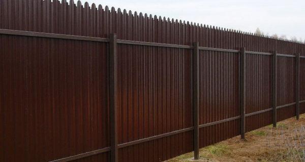 Забор из фигурного профнастила