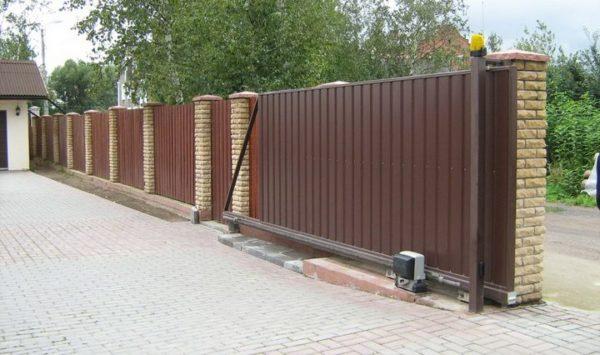 Откатные ворота имеют достаточно сложную конструкцию
