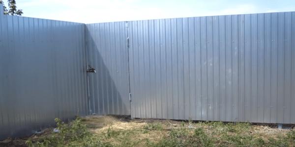 Забор с калиткой после обшивки профнастилом