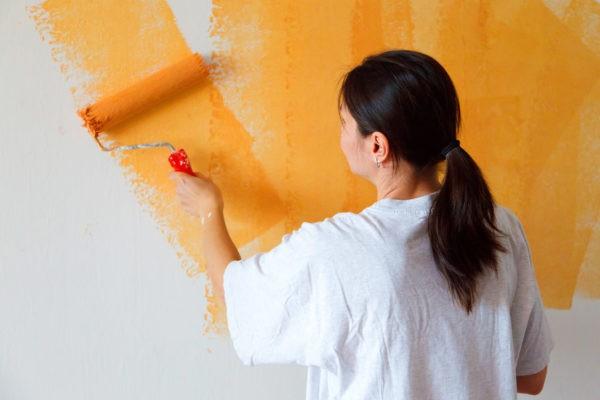 Наши люди настороженно относятся к идее использовать вместо обоев краску, хотя в европейских странах как раз гораздо чаще можно увидеть в домах покрашенные стены