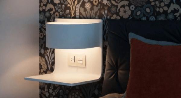 Удобный прикроватный светильник с полкой