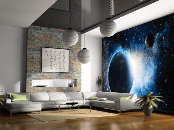 Тематика космоса на полотне поддерживается формой осветительных приборов