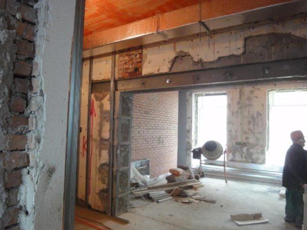 Полный демонтаж стены в кирпичном здании