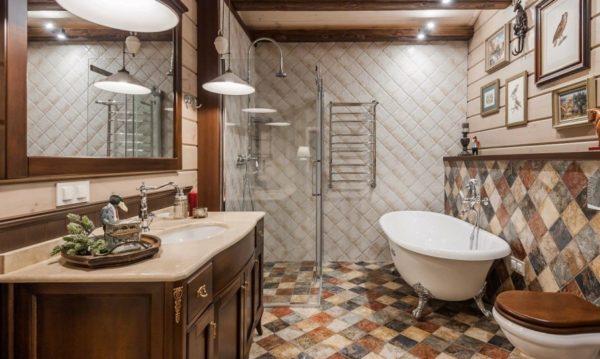 Панель с плиткой на стене, вдоль которой стоит ванна