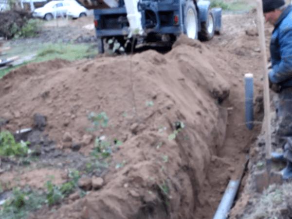 Установка вертикальных ревизионных труб на длинном канализационном трубопроводе
