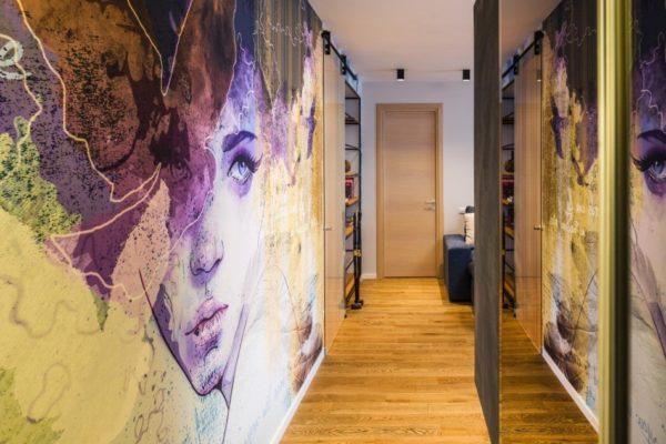 Изображение визуально раздвигает стены узкого коридора