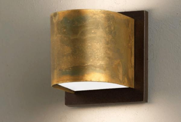 Небольшой настенный светильник для мягкого освещения спальни
