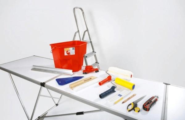 Перед началом процесса поклейки обоев необходимо запастись нужными материалами