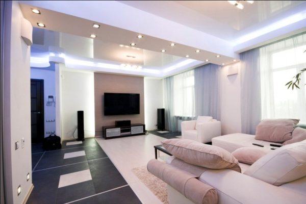 Пересекающий потолок ригель можно использовать как зонирующий элемент подвесного потолка