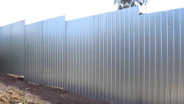 Забор зашит профлистом