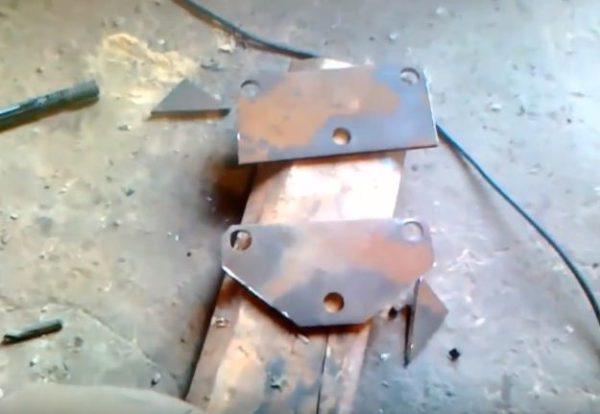 Обрезка металлической пластины выполняется после сверления отверстий под оси