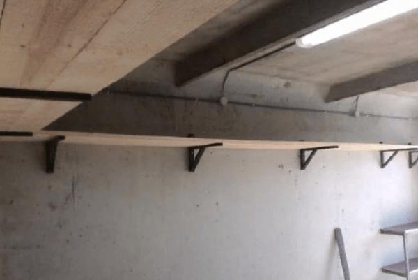 Настенная конструкция - кронштейны из уголка