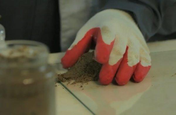Выкладываем на стекло песок
