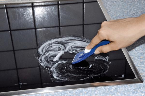 Для чистки плиты применяют специальные средства