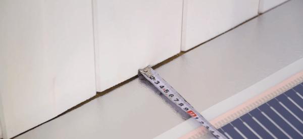 Недопустимо укладывать пленку вплотную к стенам и мебели