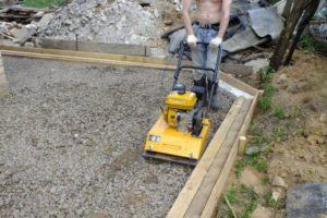 Шаг 4 – уплотнение песка щебнем