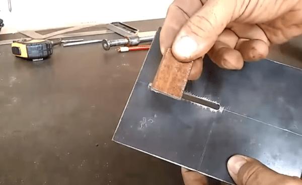 Прорезь и маленькая пластина, которая будет скользить в прорези