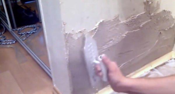 Нанесение штукатурки на поверхность стены