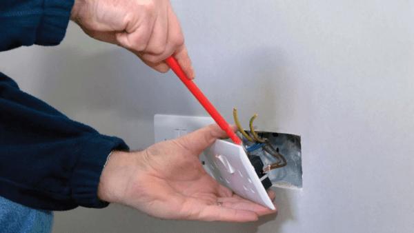 Необходимо открутить все розетки и выключатели, чтобы можно было сделать под них проемы