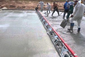 Шаг 10 – уплотнение и заглаживание массы бетона