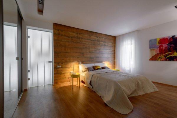 Акцентная деревянная стена в единой гамме с напольным покрытием