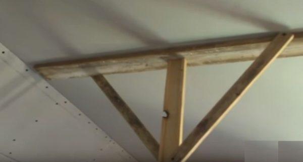 Лист прижимается к потолку подпорками