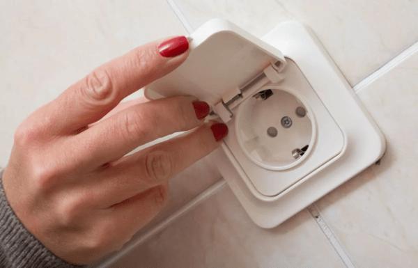 Для ванной комнаты рекомендуют выбирать только розетки, защищенные от влаги