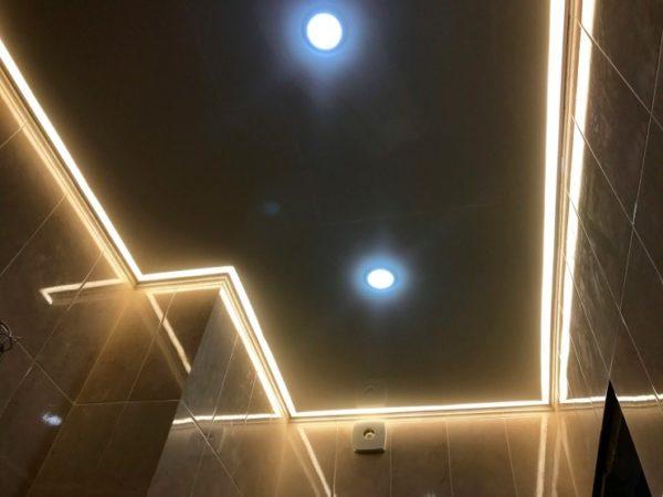Парящий потолок в ванной комнате – подсветка за плинтусами