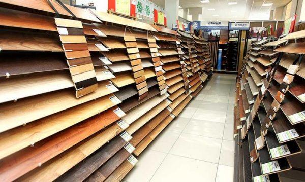В любом строительном супермаркете потребителя ожидает огромный выбор ламинированных напольных покрытий, разного класса и различных производителей