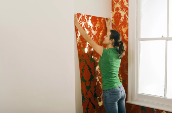 Приклеивать полотна к стене необходимо встык к предыдущим