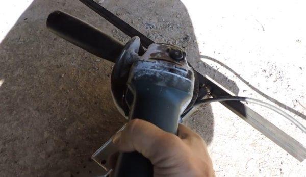 Шлифовать швы необходимо, иначе каркас не будет выглядеть аккуратно