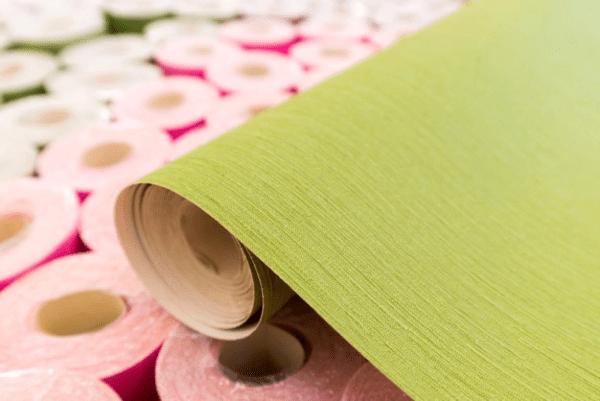 На обои с флизелиновой основой не требуется наносить клей, что сокращает время работы