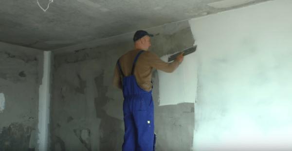 Использование ручного инструмента для шпаклевки стен