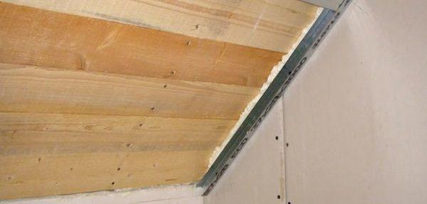 Крепление направляющего профиля на наклонной части потолка
