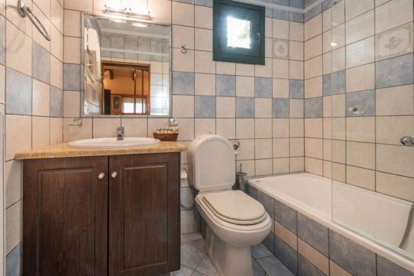 Местоположение комнаты можно определить по маленькому, высоко расположенному окошку