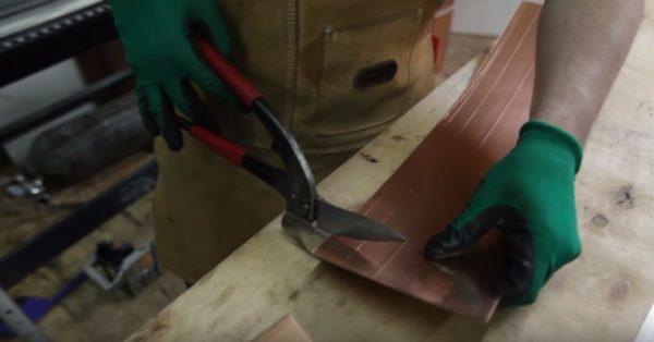 Раскрой заготовок выполняется ножницами по металлу