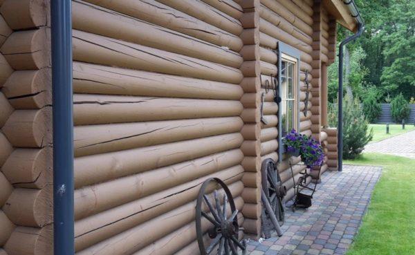 Симпатичный деревянный дом за городом