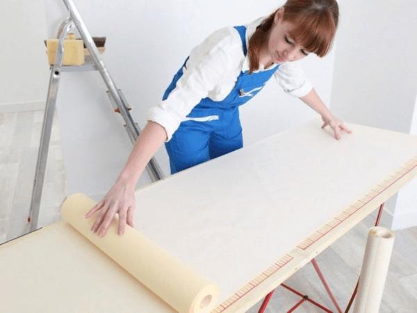 При поклейке обоев с бумажным основанием придется наносить клей и на полотна