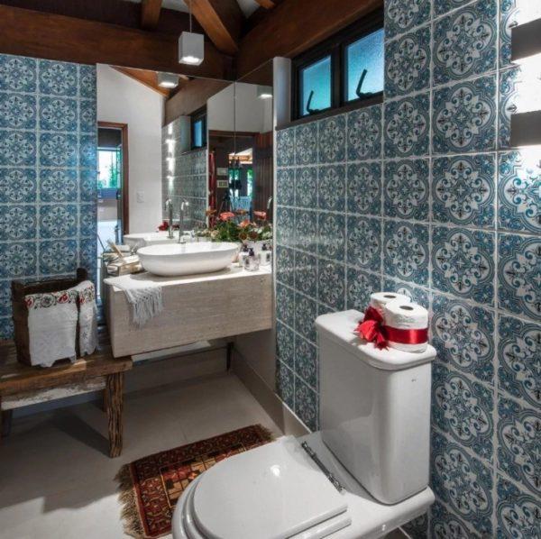 Узорчатое плиточное покрытие отлично сочетается с деревянной потолочной конструкцией
